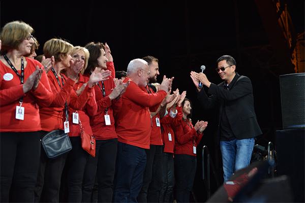 Wong Kar-wai et les bénévoles du festival Lumière 2017